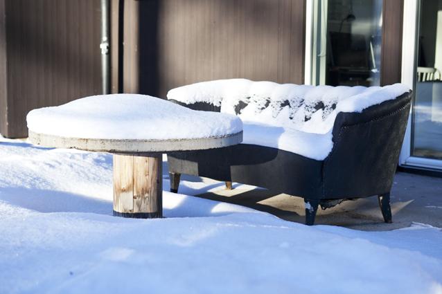 Snön ligger på vår uteplats
