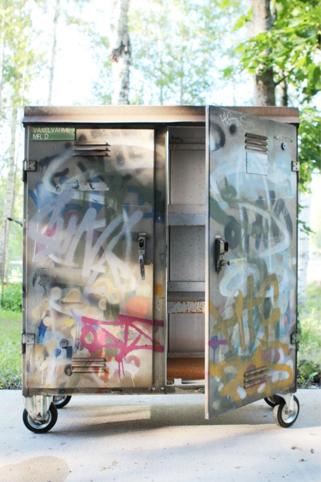 grafitt_skap_med_hjul_maliin_stoor_utekonst